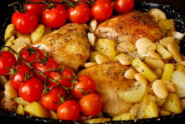 Сочные куриные бедра в духовке с картошкой