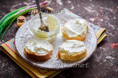 смазать творожным сыром