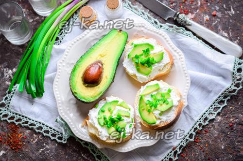 вкусные бутерброды с авокадо и творожным сыром