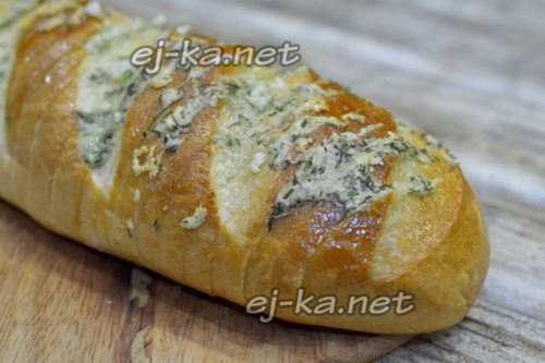 запеченный батон с сыром и маслом