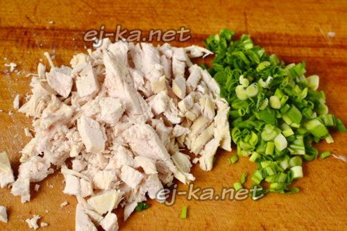 нарезать мясо и зеленый лук