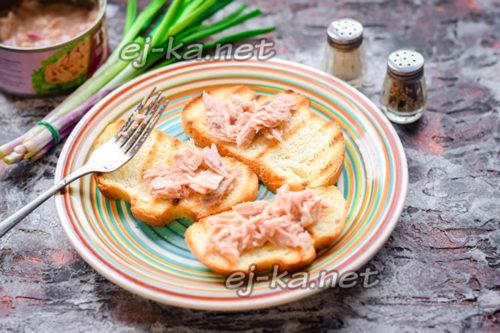 разложить тунец на хлеб