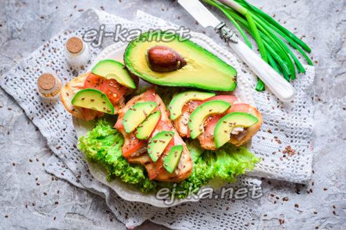 бутерброды с авокадо и тунцом готовы