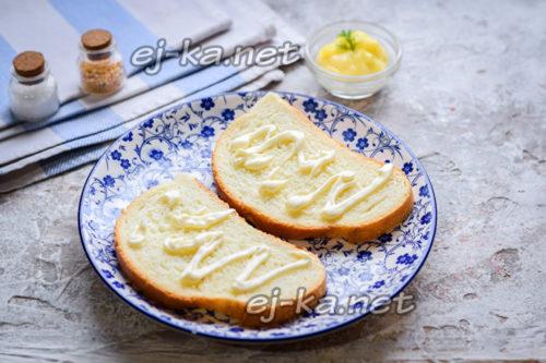 ломтики хлеба смазать майонезом