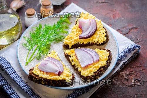 бутерброды с плавленым сыром и яйцом