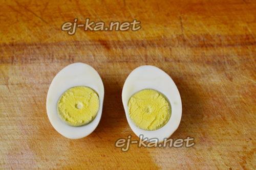 яйца разрезать пополам
