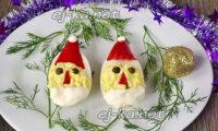 фаршированные яйца в виде деда мороза