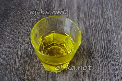 налить подсолнечное масло в стакан