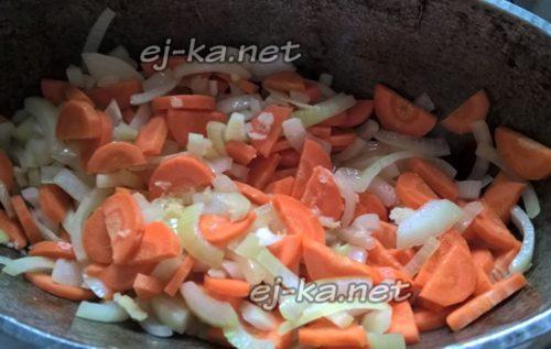 смешать лук и морковь