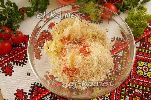 соединить картошку, сыр, специи и растительное масло