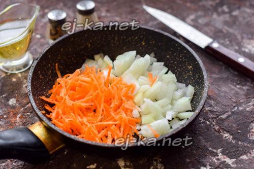 лук нарезать, морковь натереть