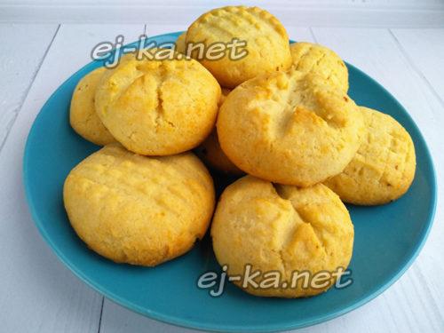 готовое печенье выложить на тарелку