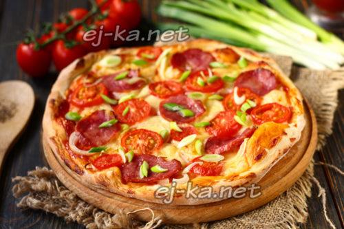 домашняя пицца с колбасой и сыром с помидорами