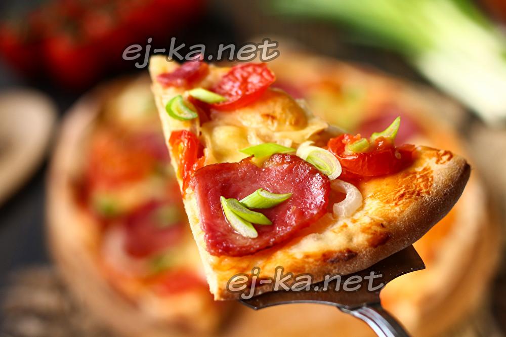 домашняя пицца с колбасой и помидорами