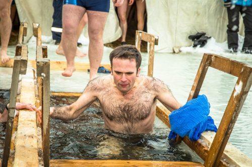мужчина купается в ледяной воде