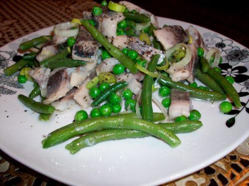 Салат со стручковой фасолью и сельдью