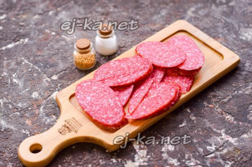 колбасу нарезать тонкими пластинами
