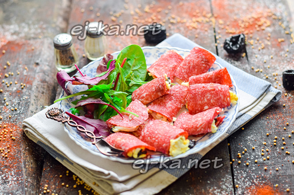 рулетики из салями с сыром и черносливом
