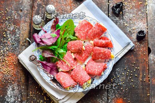 рулетики из салями с сыром и черносливом готовы