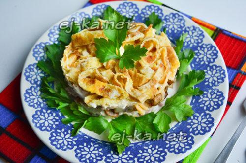 салат девчата с яичным блином