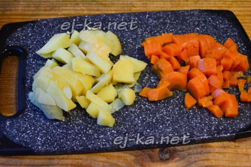 нарезать морковь и картофель