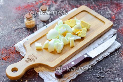 нарезать яйцо