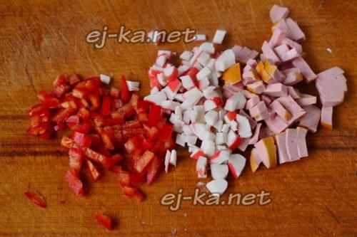 нарезать сосиски и крабовые палочки