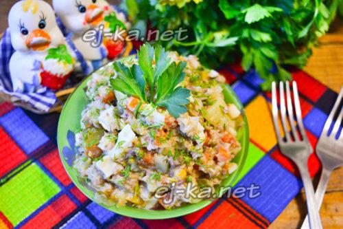 Салат с консервированной сайрой, яйцом, огурцом и картофелем