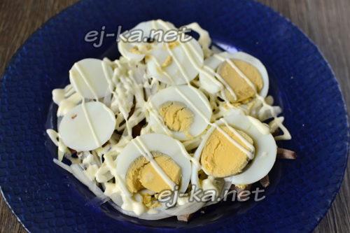 слой яиц и майонезная сетка