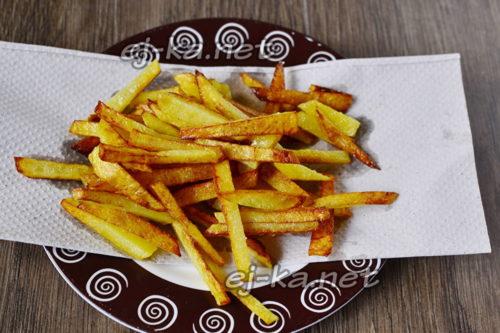 выложить картофель на салфетку