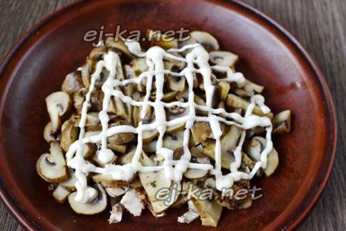 слой грибов с луком и майонезная сетка