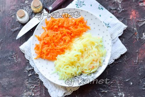 натереть морковь и картофель