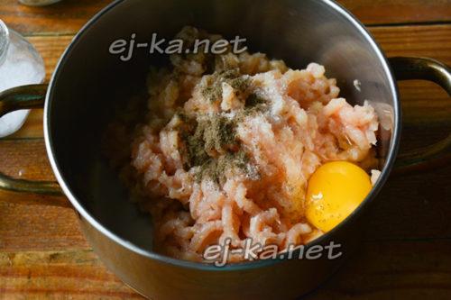 добавить яйцо, соль и перец