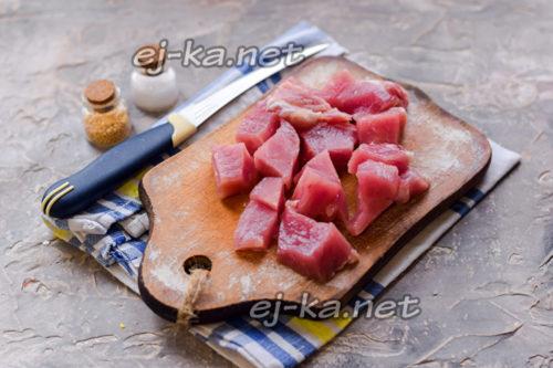 свинину нарезать