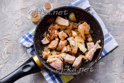 обжарить мясо и лук