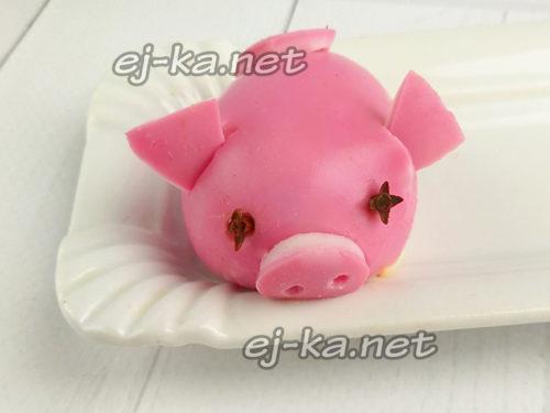 украсить в виде свинки