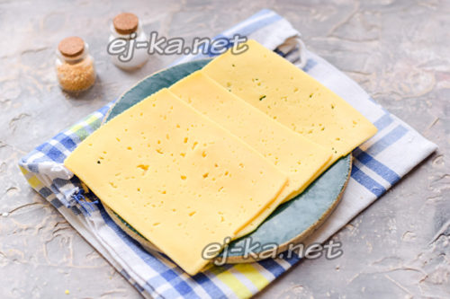 нарезать сыр пластинами