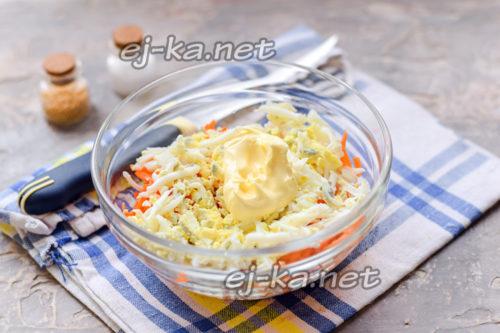 смешать яйцо, морковь и майонез