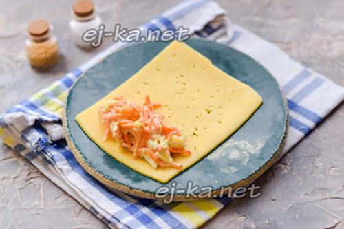 начинку разложить на сыр