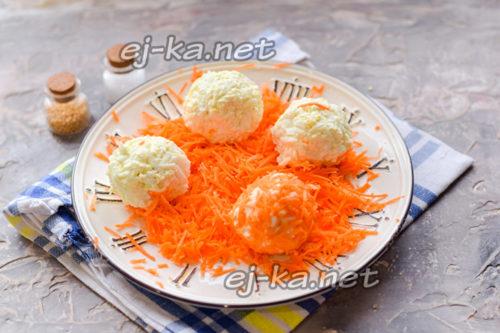 сформировать шарики и обвалять в моркови