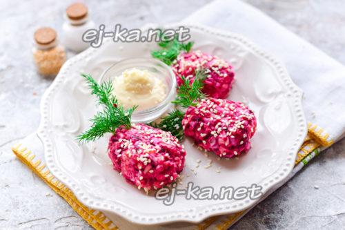 закуска клубника из селедки и свеклы