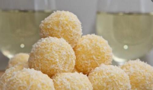 Сырные шарики в кокосовой стружке