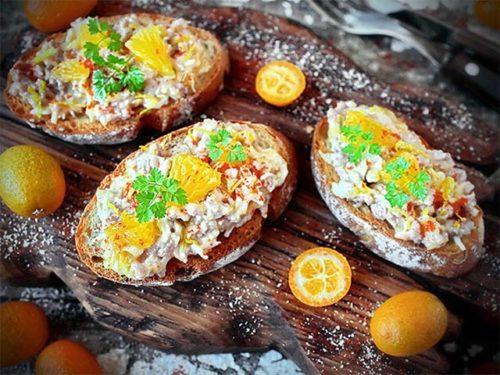 Оригинальные бутерброды с печенью трески и апельсинами
