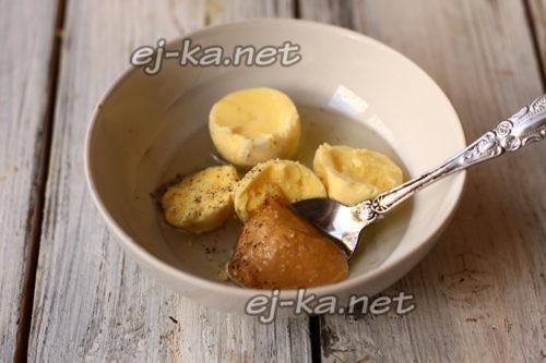желтки смешать с горчицей, маслом, солью, перцем