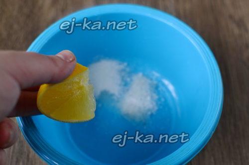 выдавить лимон