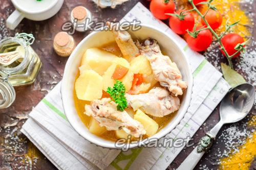 курица с картошкой тушеная в кастрюле