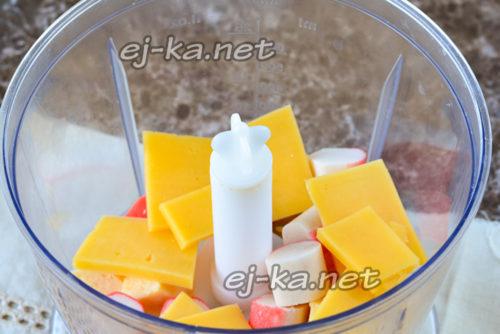 сложить сыр и крабовые палочки в блендер