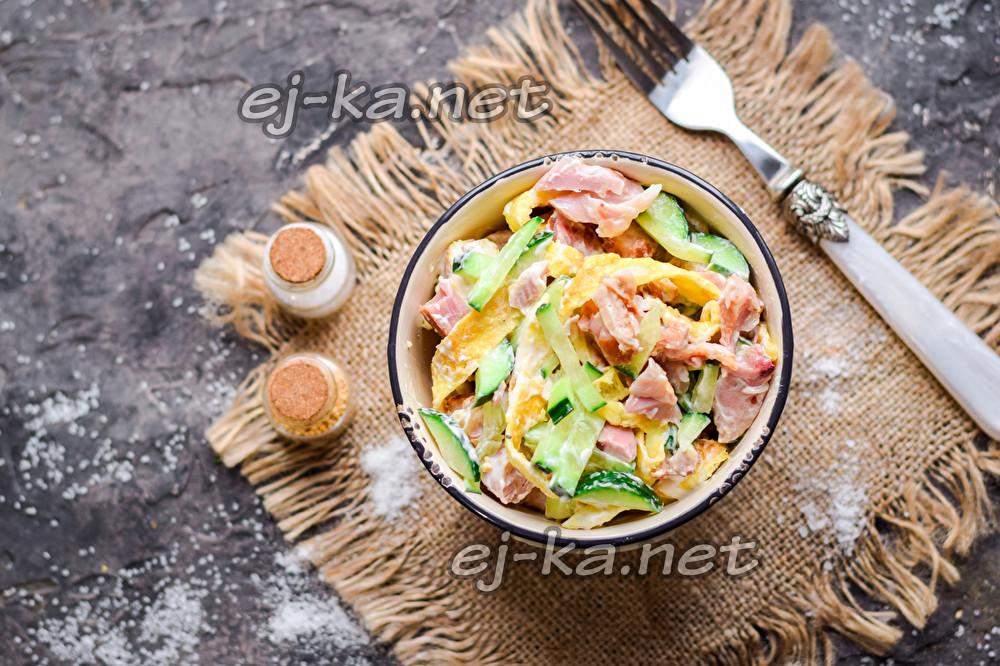 салат с яичными блинами и копченой курицей