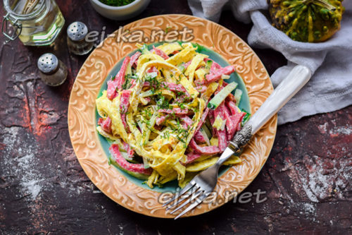 салат с яичными блинчиками и колбасой копченой