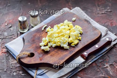 нарезать яйца